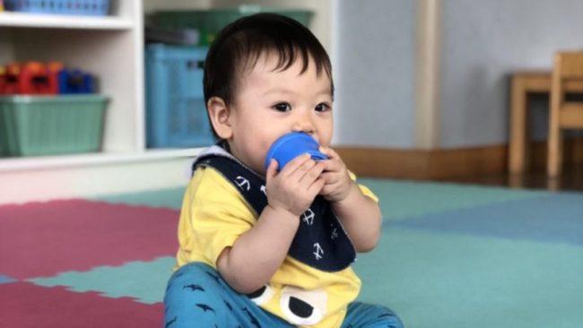 病院のプレイルームで元気に遊ぶ8ヶ月の息子
