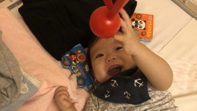 病室のベッドでえらく元気に遊ぶ8ヶ月の息子