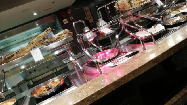 MSCスプレンディダのビュッフェ料理台